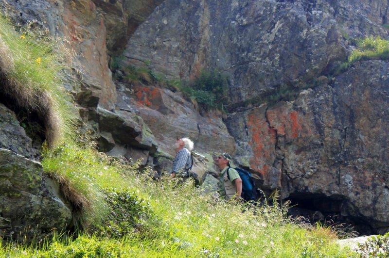 Bizzarini e Timossi cercano l'ingresso delle miniere